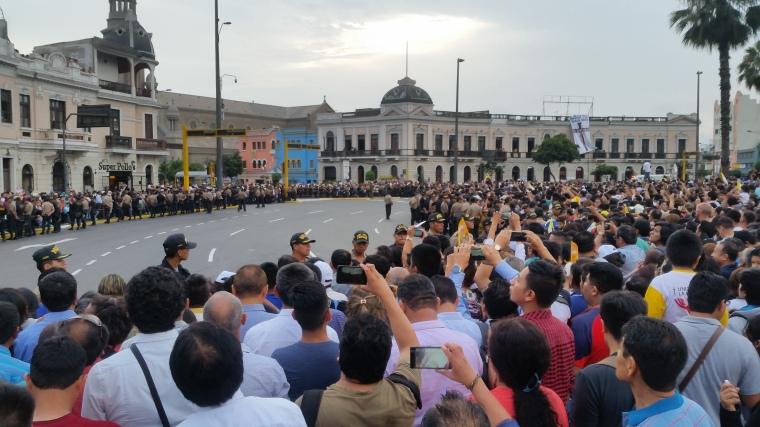 4 - Gente en Plaza bolognesi.jpg